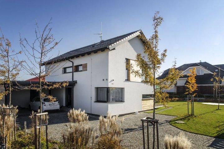 prostorný nájezd ze žulové štípané dlažby přímo pod krytý parking propojený se vstupem do domu