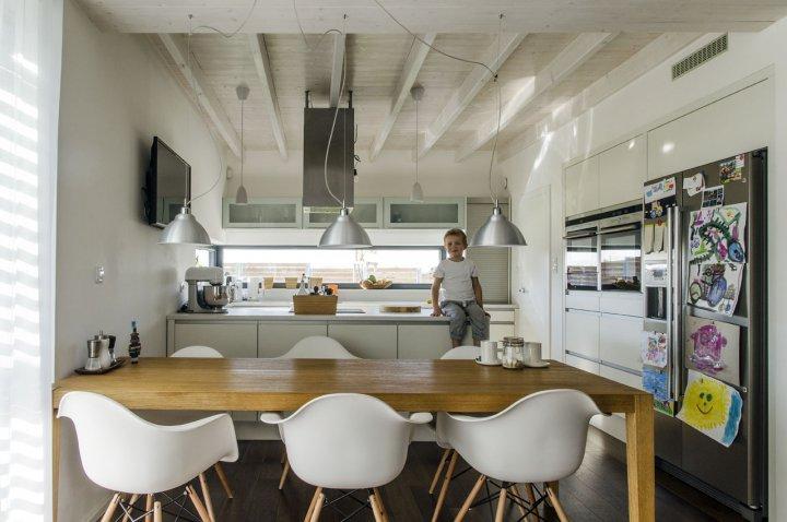 kuchyně propojená s jídelnou a vše napojeno na obývací část hned vedle. z kuchyně je potřebný přehled do interiéru domu a do celé zahrady. z jídelny je přímý vstup na venkovní krytou terasu.