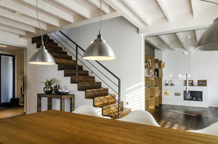 vstupní část domu s halou navazuje na jídlenu - centrální plochu v přízemí domu. vstup do patra otevřeným jednoramenným otevřeným schodištěm.